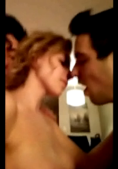 Ma copine m'embrasse pendant que mon pote la baise